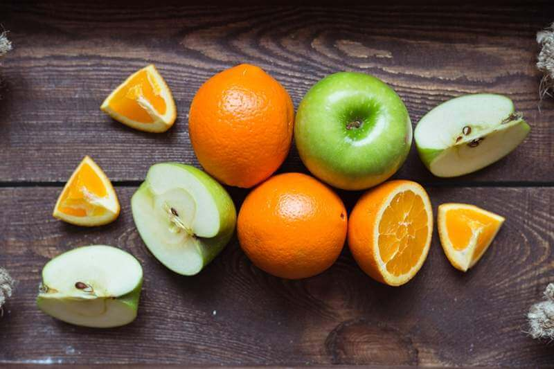 apple-and-orange-on-the-wooden-tray