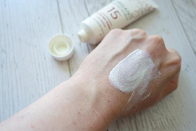 organii spf15 facial sun cream texture spread